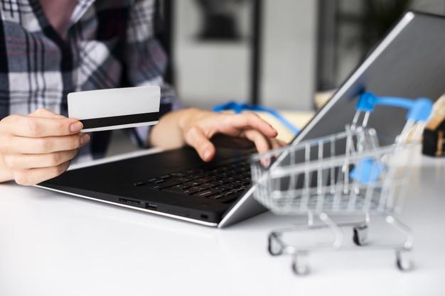 γυναίκα ψωνίζει online με πιστωτική κάρτα